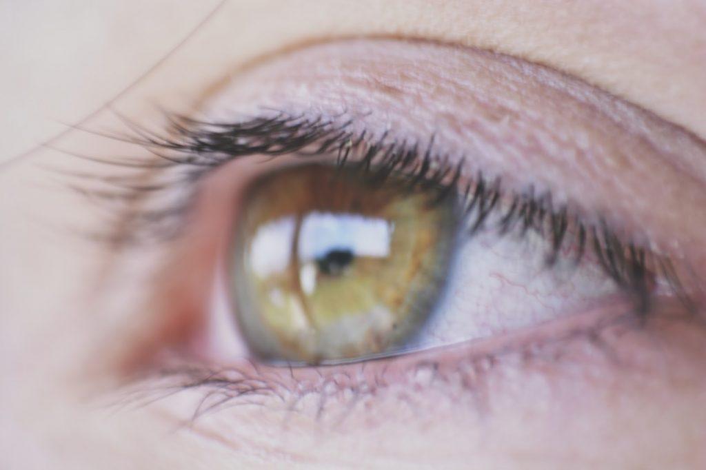 Olhos castanhos esverdeados
